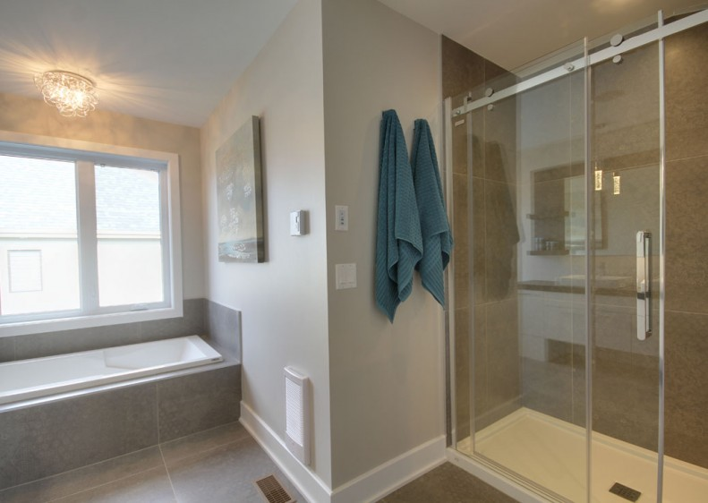 Luxury bathroom in a single-family residence in Laval