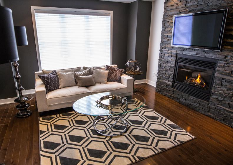 Salon moderne avec foyer de notre maison à vendre à Terrebonne