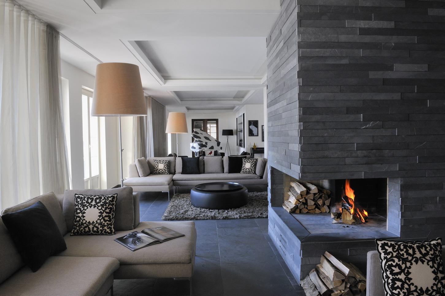 Foyer moderne en pierres grises