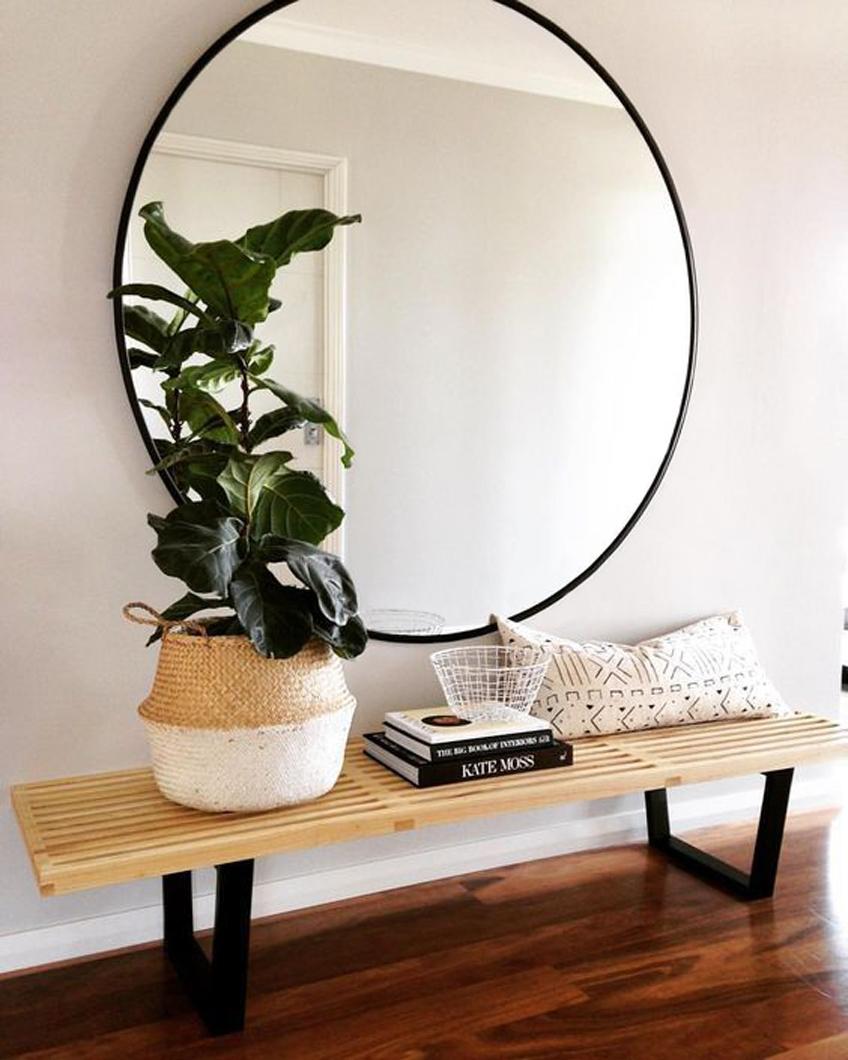Miroir rond dans l'entrée