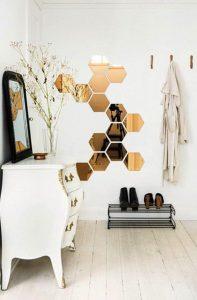 Petits miroirs de forme hexagonale dans l'entrée