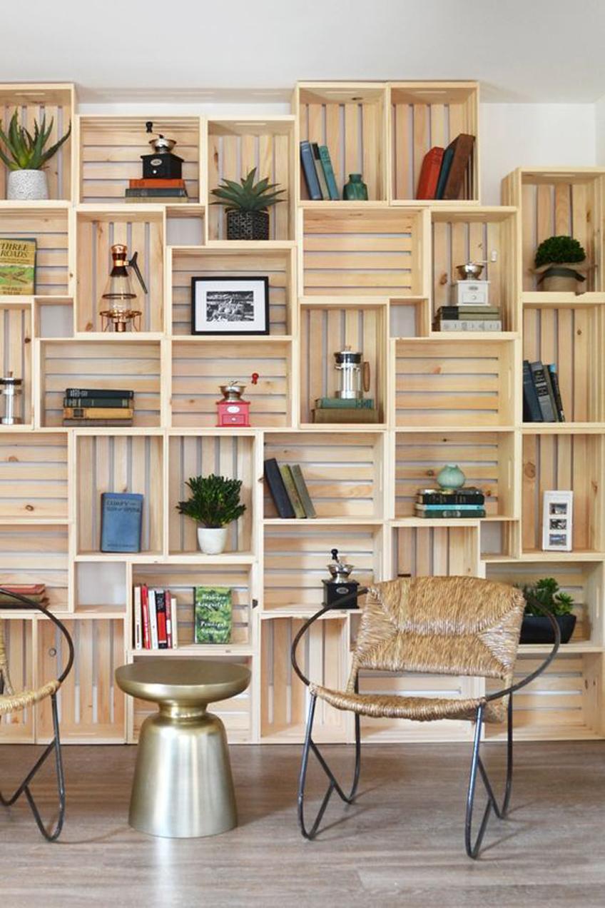 Mur bibliothèque en caisses de bois